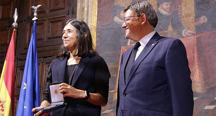 Maria Blasco recibe la Distinción al Mérito Científico de manos del presidente de la Generalitat Valenciana, Ximo Puig.