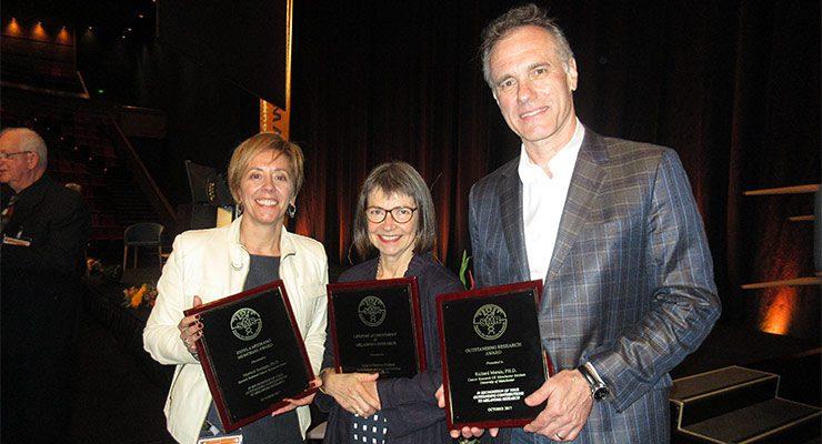Marisol Soengas (izq.), junto a los otros premiados, Julia Newton-Bishop y Richard Marais