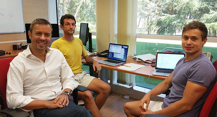 Raúl Rabadán (izq.) junto a Luis Aparicio (centro) y Mykola Bordyuh (drcha.), miembros de su equipo./ CNIO