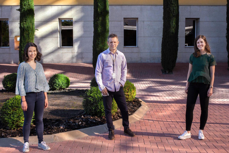 El investigador que ha dirigido el estudio Juan Méndez, en el centro, junto a las investigadoras Elena Blanco-Romero, a la izquierda y Patricia Ubieto-Capella, a la derecha. /A.Tabernero. CNIO