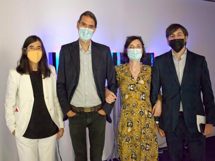 De izquierda a derecha: la directora del CNIO Maria A. Blasco, el artista Daniel Canogar, la comisaria de CNIO Arte Amparo Garrido y Álvaro Ganado de la Fundación Banco Santander.